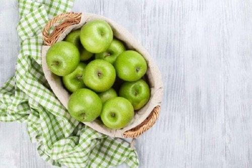 panier de pommes vertes pour une délicieuse salade