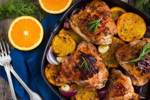 Délicieux poulet cuit au four à l'orange et au romarin