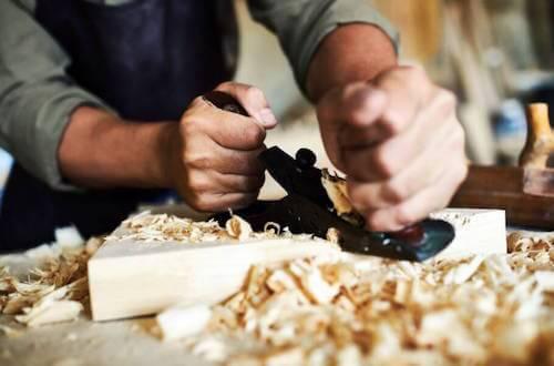 Techniques pour réparer les objets en bois.
