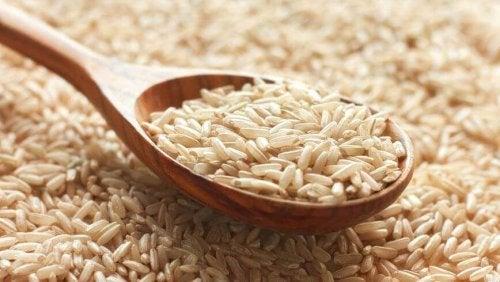 riz dans une cuillère en bois pour un risotto crémeux