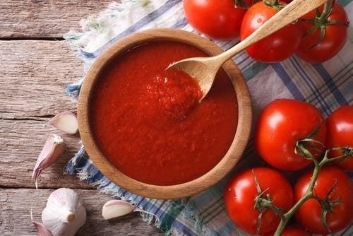Un bol de sauce tomate pour accompagner les boulettes