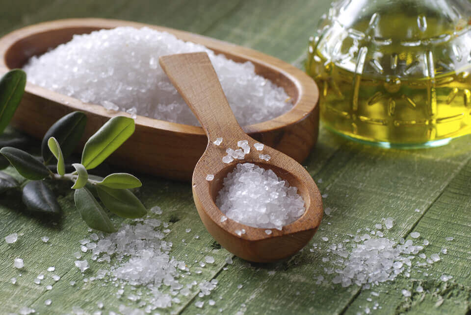lutter contre les cheveux gras avec du sel