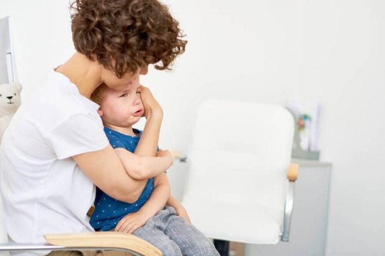 Tenir son enfant pour calmer les crises de colère.