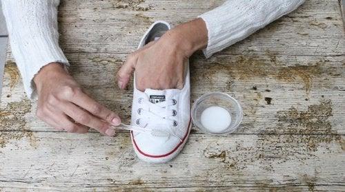 usages alternatifs du dentifrice : nettoyer les chaussures