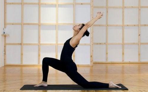 soulager les douleurs de dos avec la posture de la colombe.