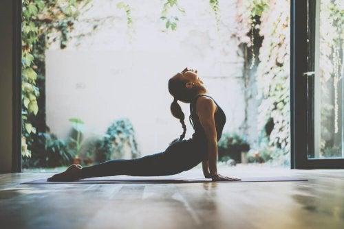yoga pour trouver le bonheur : posture du cobra