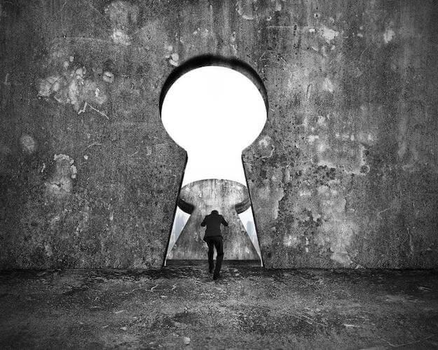Homme poussant une porte