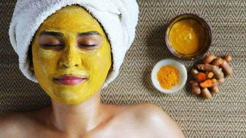 femme faisant un masque au curcuma pour lutter contre la peau grasse