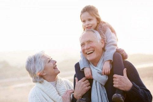 Des grands-parents et leur petite-fille