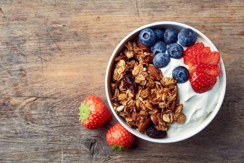 Un bol avec des graines, du yaourt et des fruits est un petit-déjeuner pour mincir sainement