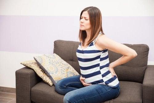 femme enceinte assise sur un canapé avant son accouchement