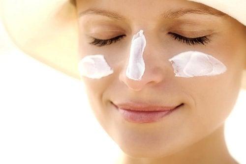 La crème solaire permet de se protégér d'un éventuel mélasma