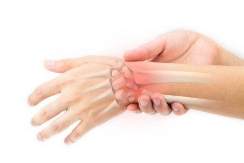 Personne qui souffre de douleurs aux os des mains