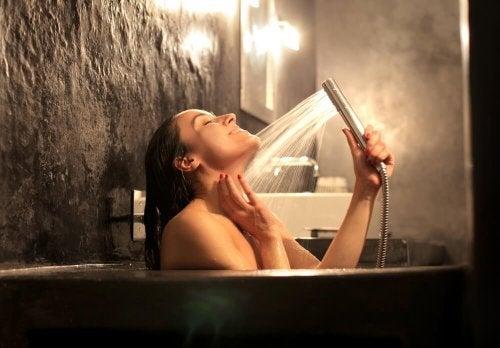 Femme qui reproduit l'ambiance spa à la maison