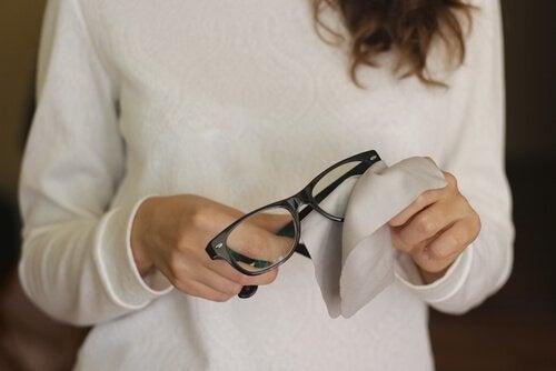 6 astuces pour éliminer les rayures sur les verres de lunettes