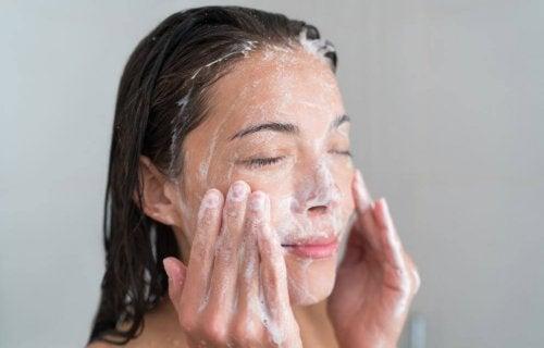 Femme qui exfolie son visage pour prendre soin de sa santé cutanée