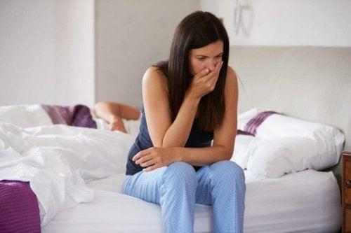 Femme qui souffre de nausées