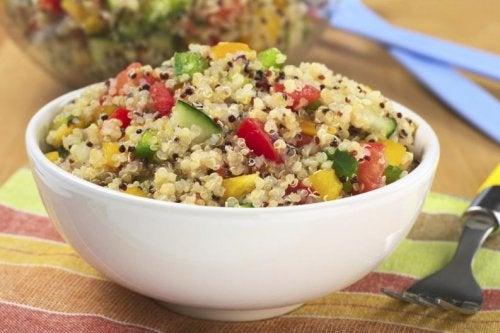 salades composées : quinoa et pois chiches
