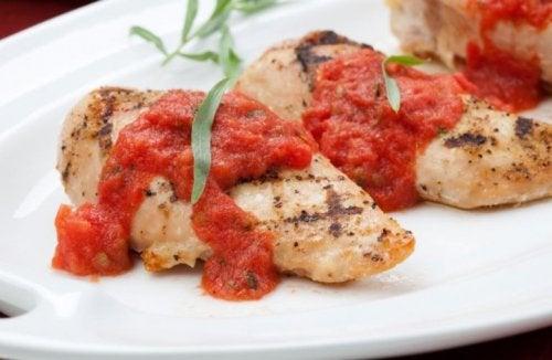 Recette pour préparer de la poitrine de poulet à la tomate