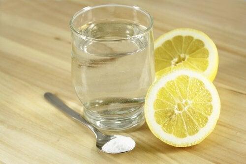 le mélange d'eau tiède, de citron et de bicarbonate de sodium est un des meilleurs antiacides naturels