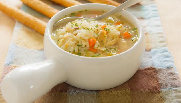 Les bouillons au poulet et au riz pou guérir la grippe