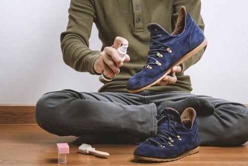 Astuces pour nettoyer vos chaussures en daim