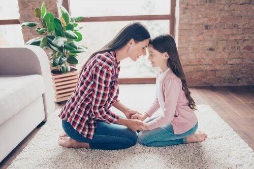 moment de complicité entre une enfant unique et sa mère