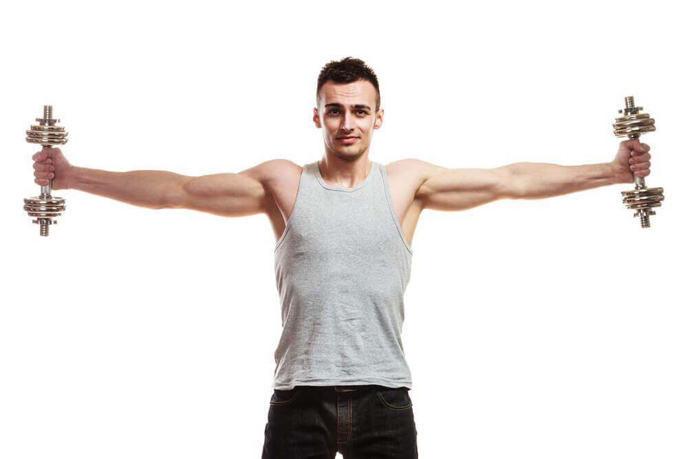 3 exercices avec des haltères pour renforcer les épaules