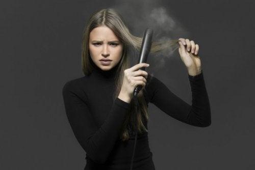 4 astuces pour se lisser les cheveux sans fer à lisser