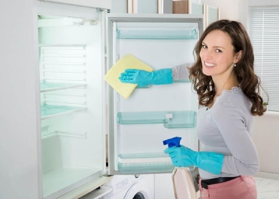 comment nettoyer au dessus du réfrigérateur et des placards