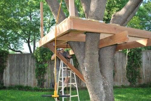 construction de la cabane dans l'arbre pour votre enfant
