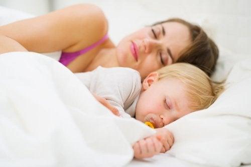 Comment apprendre à un bébé à dormir seul toute la nuit