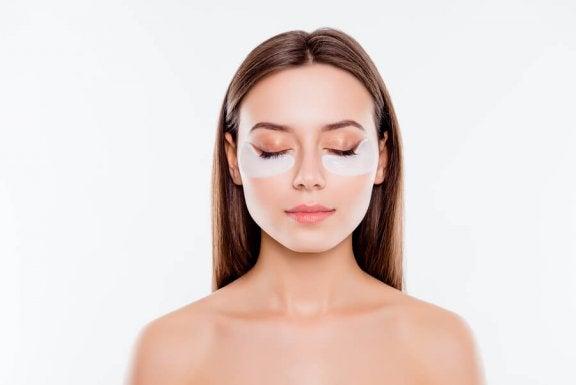 e2f20985d9ded Apprenez à dissimuler les cernes grâce à ces 5 astuces de maquillage ...