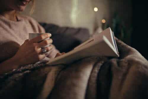 Découvrez les bienfaits de lire le soir pour votre cerveau