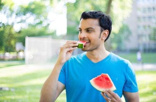 Manger lentement aide à contrôler les fringales