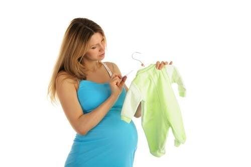 Mettre les produits de soin pour bébé dans la valise pour l'accouchement