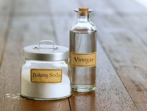 Le vinaigre et le bicarbonate éliminent les taches de sueur
