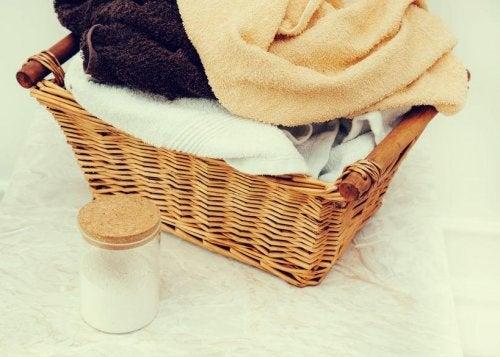 Panier avec des serviettes de bain lavées avec un adoucissant maison