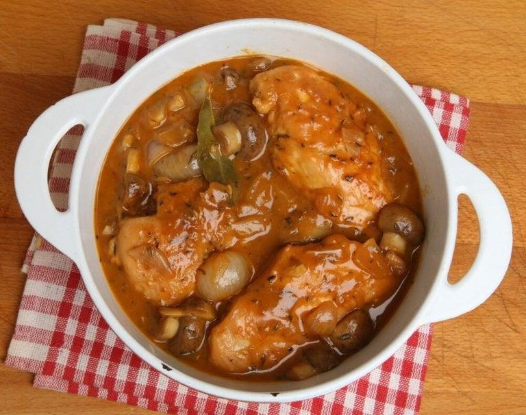 Poulet aux champignons et glacé au vin de Xérès, un plat sain et nutritif
