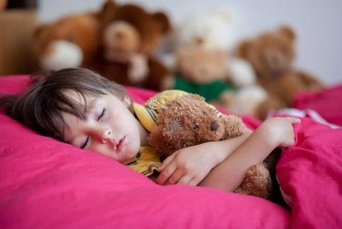 enfant qui dort souffrant d'énurésie nocturne