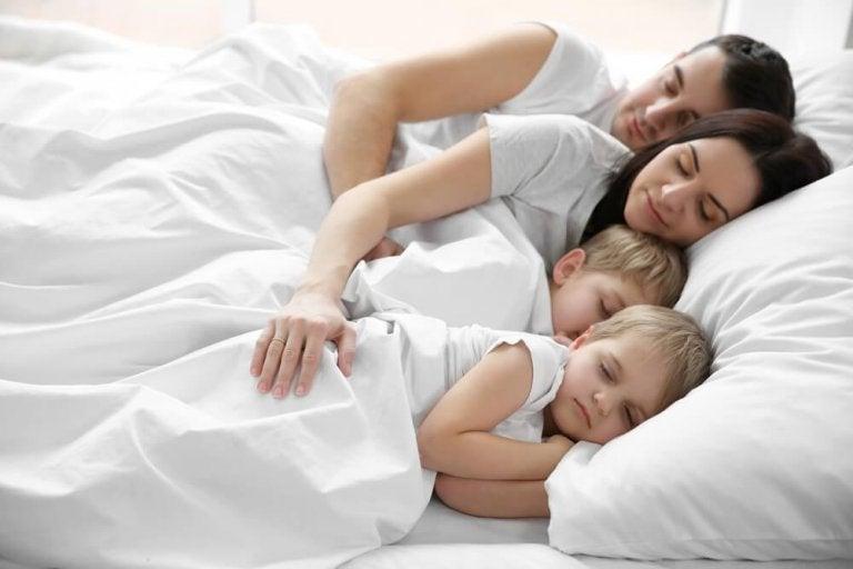 Enfants qui dorment dans la chambre des parents