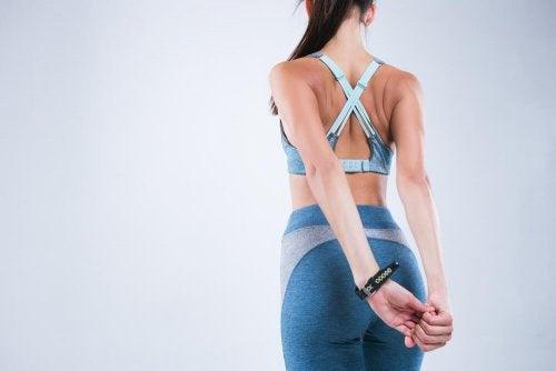 étirements des bras pour avoir une bonne posture