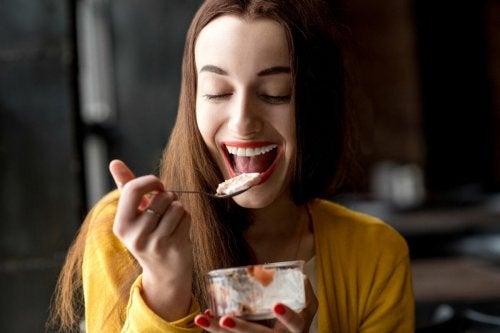 femme qui mange un encas et qui veut consommer 300 calories de moins par jour