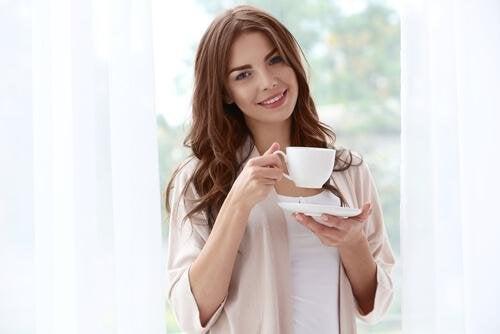 femme qui boit une tisane pour consommer 300 calories de moins par jour