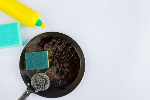 4 astuces pour nettoyer les poêles en quelques minutes