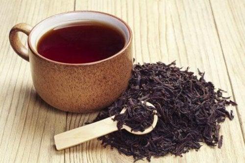 le thé noir pour lutter contre les abcès dentaires
