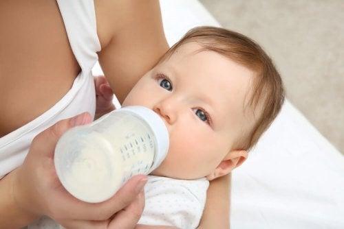 Comment habituer naturellement votre bébé au biberon ?