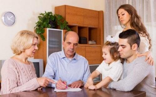 Famille économe qui gère ses dépenses