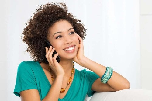 femme au téléphone avec une personne en couple