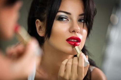 femme qui met du rouge à lèvres